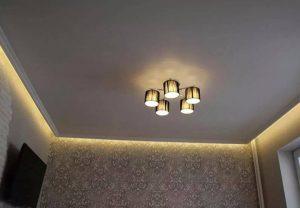Одноуровневые потолки с подсветкой